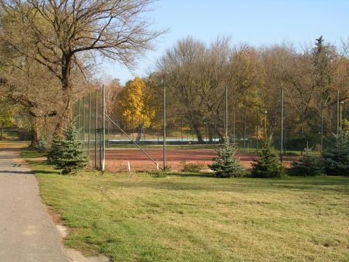 Modernizace tenisového kurtu na více druhů sportu